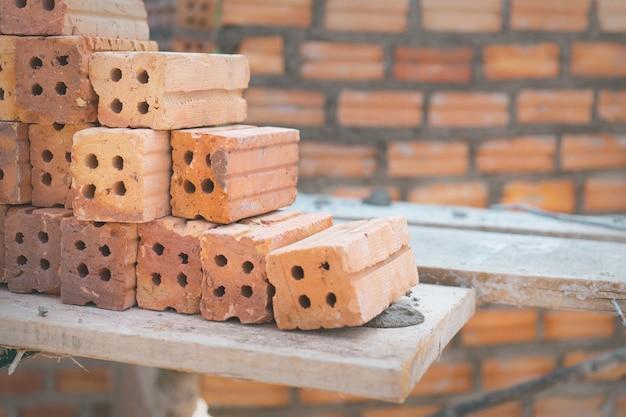 Tijolos vermelhos usados para construção na parede de tijolo Foto Premium