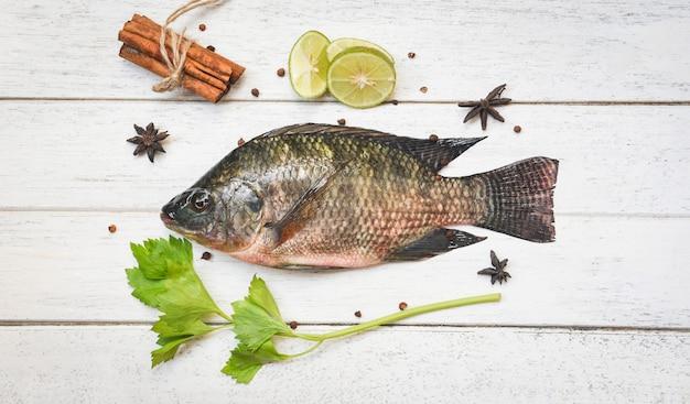 Tilápia peixe de água doce limão limão erva especiarias vegetais para cozinhar alimentos no restaurante asiático Foto Premium