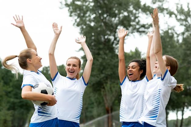 Time feminino feliz de tiro médio Foto gratuita