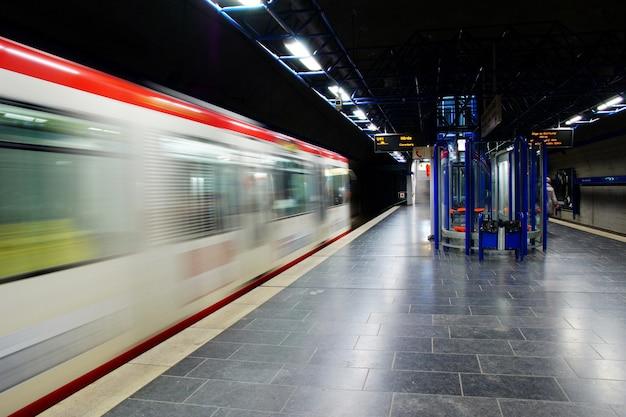 Timelapse de um trem de metrô em movimento a uma hora tardia Foto gratuita
