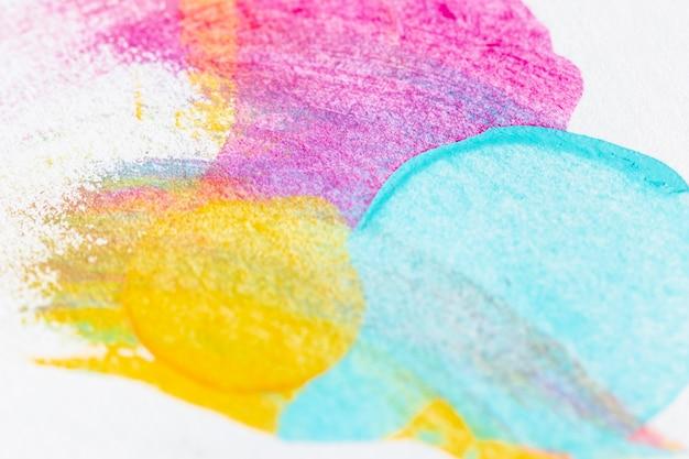 Tinta azul, amarela e rosa em fundo branco Foto gratuita