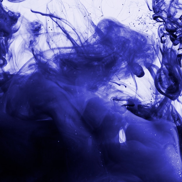 Tinta colorida índigo debaixo d'água Foto gratuita