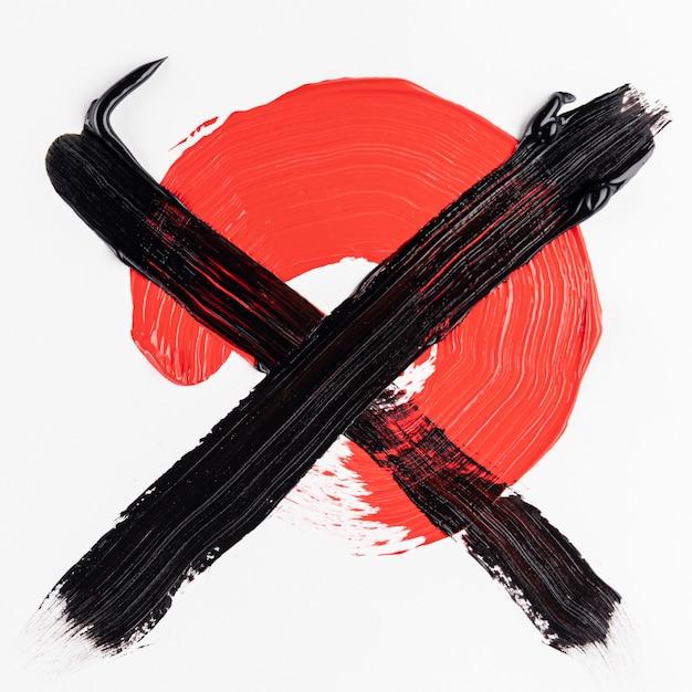 Tinta vermelha cruzada com tinta preta Foto gratuita