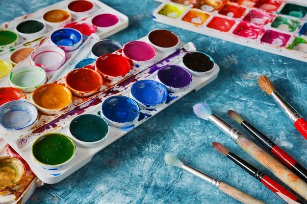 Tintas e pincéis artísticos, acessórios para o artista Foto Premium