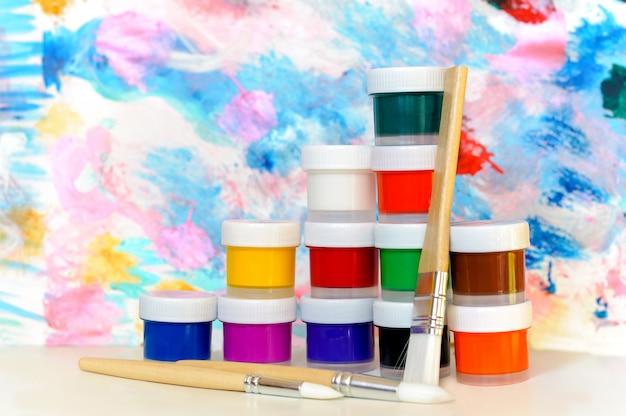 Tintas e pincéis coloridos Foto Premium