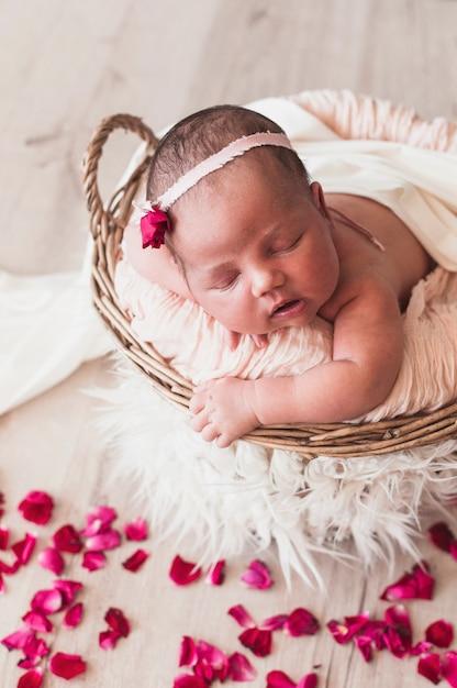 Tiny recém nascido na cabeça dormindo Foto gratuita