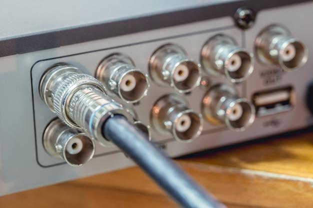 Tipo coaxial da tevê rg6 rgb do cabo do cctv conectam-se ao dispositivo de gravação de vdo Foto Premium