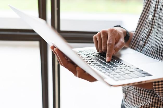 Tipo de empresário no laptop para trabalhar Foto Premium