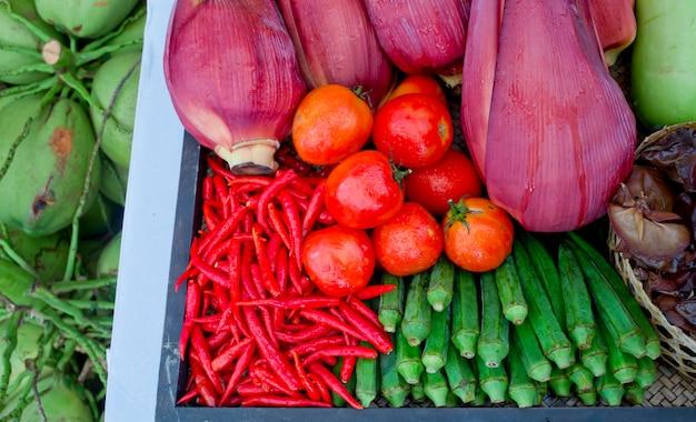 Tipo de legumes tailandeses definido em estilo de cozinha tailandesa, tomates, pimenta, flor de banana Foto Premium