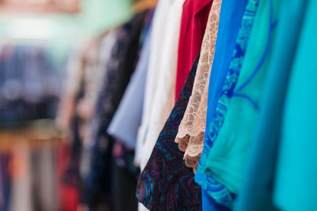 Tipo de roupa pendurada no trilho da loja Foto gratuita