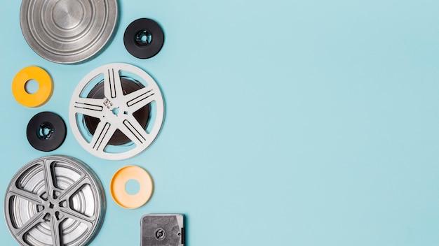 Tipo diferente de casos de bobinas de filme em fundo azul Foto gratuita