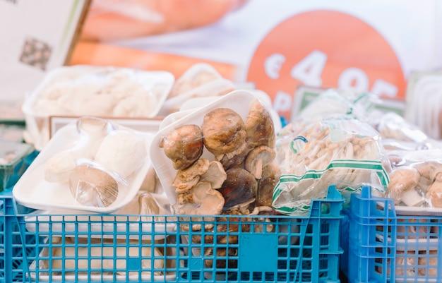 Tipo diferente de cogumelos embalados em caixa azul Foto gratuita