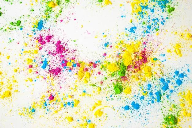 Tipo diferente de pó de cor misturada no pano de fundo branco Foto gratuita