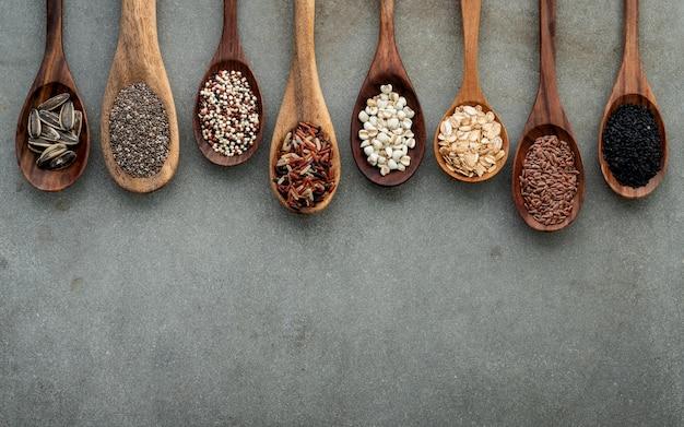 Tipos diferentes de grões e cereais no fundo concreto gasto. Foto Premium