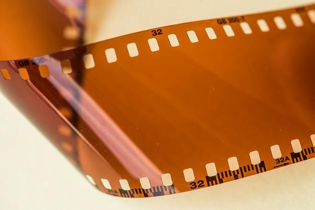Tira de filme em branco, isolada no fundo branco Foto gratuita