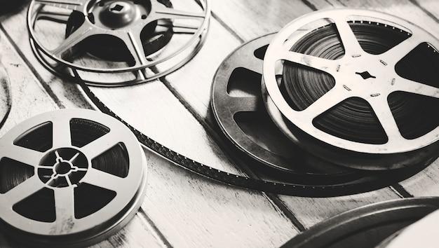 Tira de filme vintage isolada no chão de madeira Foto Premium
