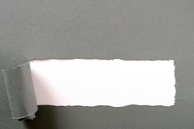 Tira de papel cinza rasgada Foto gratuita