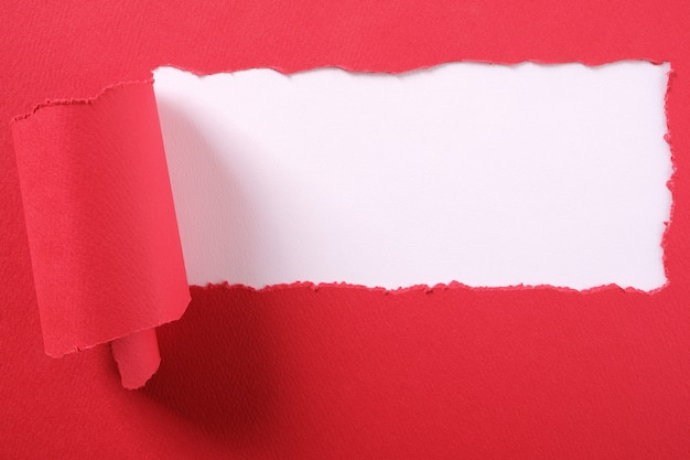 Tira de papel vermelho rasgado Foto gratuita