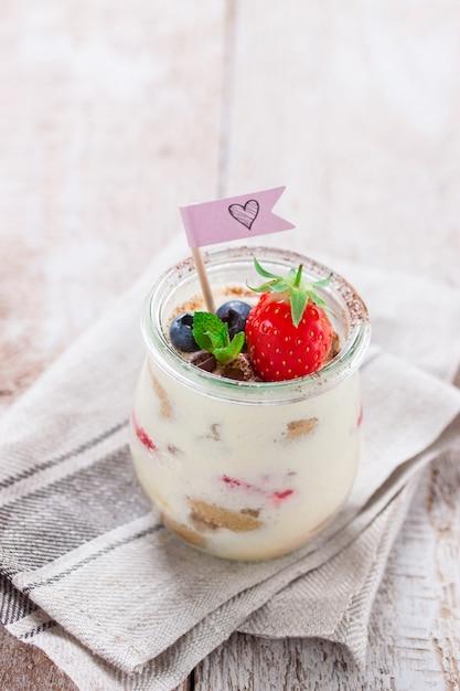 Tiramisu delicioso com fruta decorativo Foto gratuita