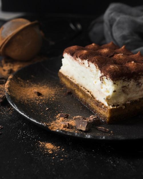 Tiramisu delicioso no prato close-up Foto gratuita