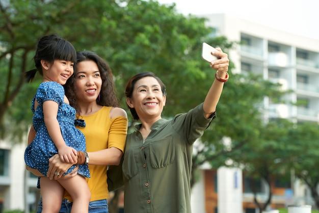 Tirando selfie com a família Foto gratuita