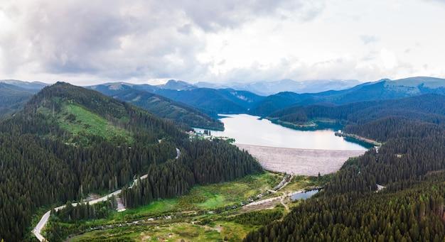 Tiro aéreo drone do lago bolboci em montanhas bucegi Foto Premium