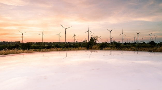 Tiro aéreo pelo zangão, na energia natural da turbina eólica de moutain Foto Premium