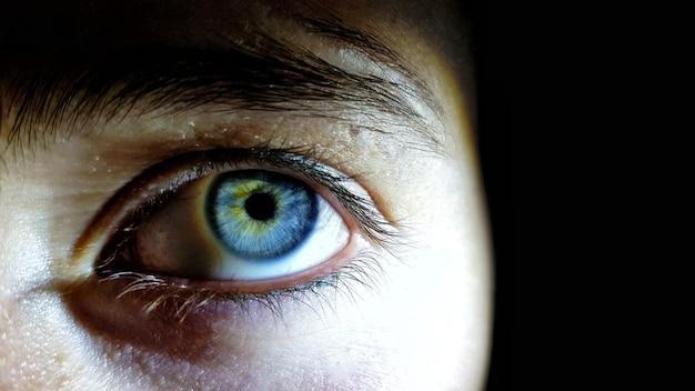 Tiro bonito do close up dos olhos azuis profundos de um ser humano Foto gratuita