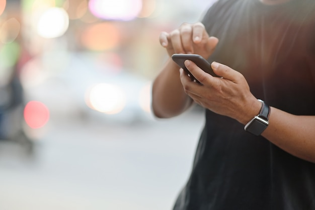 Tiro colhido do homem que usa o telefone celular. Foto Premium