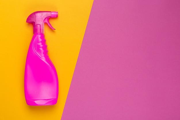 Tiro colorido brilhante de um recipiente plástico de produtos químicos domésticos. vista do topo Foto Premium