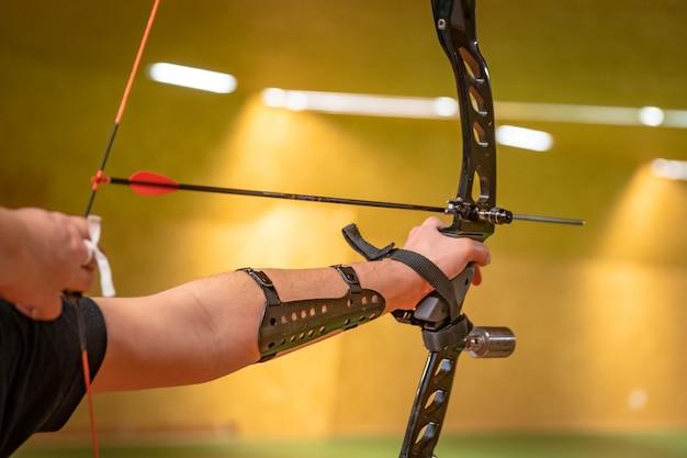 Tiro com arco esportivo no campo de tiro, competição por mais pontos para ganhar a taça Foto Premium