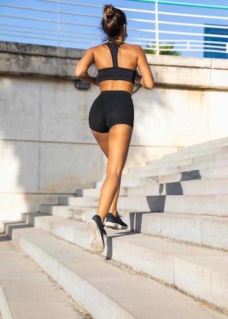 Tiro completo apto mulher correndo na escada Foto gratuita