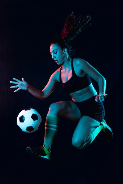 Tiro completo apto mulher jogando futebol Foto gratuita