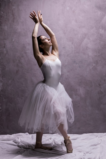 Tiro completo bailarina posando graciosamente Foto gratuita