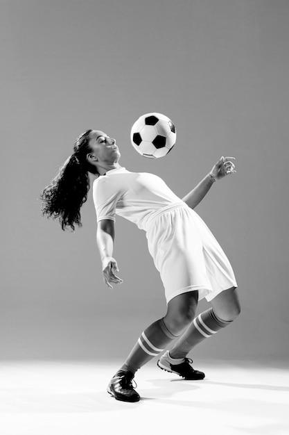Tiro completo cabe mulher com bola de futebol Foto gratuita