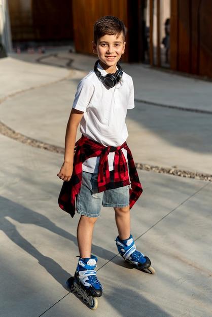Tiro completo de menino com patins azul Foto gratuita