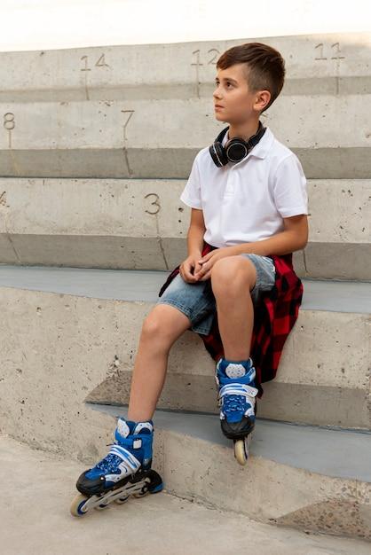 Tiro completo de menino com patins Foto gratuita