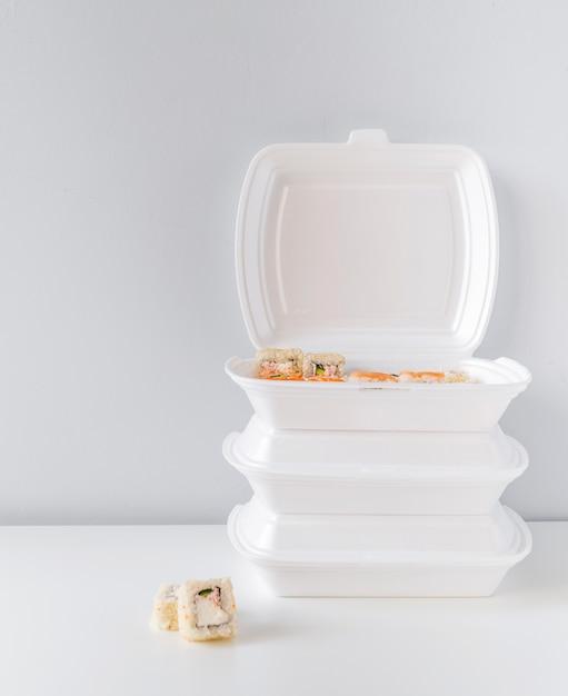 Tiro completo de picar tigela com sushi Foto gratuita