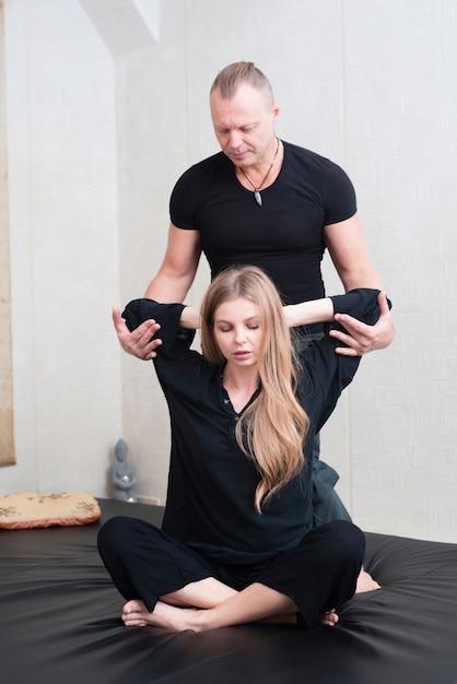 Tiro completo homem ajudando mulher exercício Foto gratuita