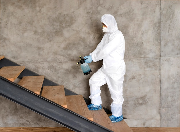 Tiro completo homem desinfecção de escadas Foto Premium