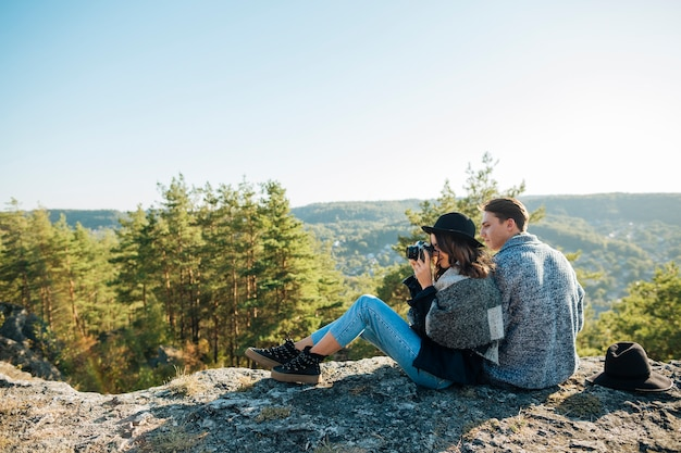 Tiro completo jovem casal na natureza Foto gratuita