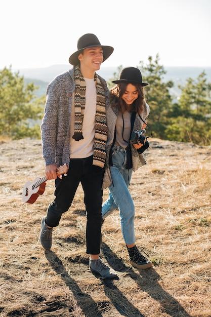 Tiro completo jovem homem e mulher ao ar livre Foto gratuita