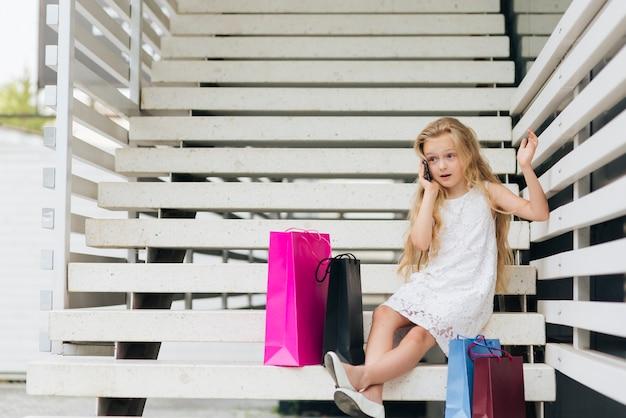 Tiro completo menina falando ao telefone Foto gratuita