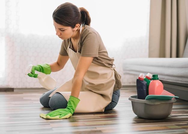 Tiro completo mulher limpando chão Foto Premium