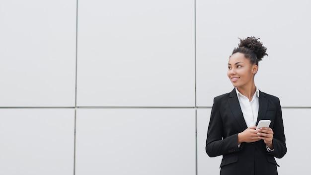 Tiro corporativo bonito da mulher Foto gratuita