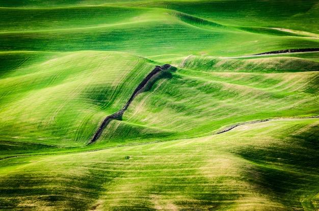 Tiro de alto ângulo de colinas verdes durante o dia no leste de washington Foto gratuita