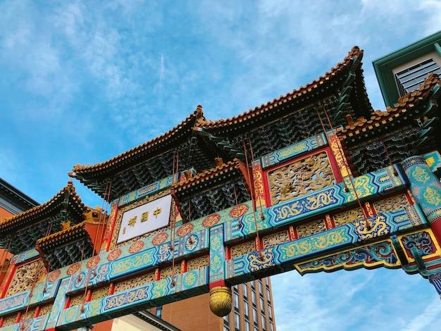 Tiro de ângulo baixo bonito da cerceta e portão do templo vermelho na galeria place chinatown Foto gratuita