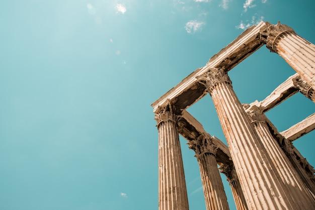 Tiro de ângulo baixo das colunas do panteão da acrópole em atenas, grécia sob o céu Foto gratuita