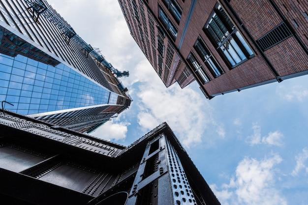 Tiro de ângulo baixo de edifícios altos com padrões de arquitetura moderna Foto gratuita
