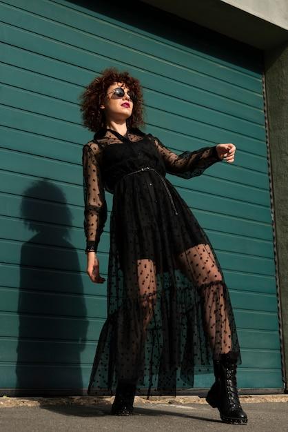 Tiro de ângulo baixo de mulher elegante Foto gratuita